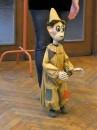 Marionetka animowana jest przez lalkarza przy pomocy niteczek.