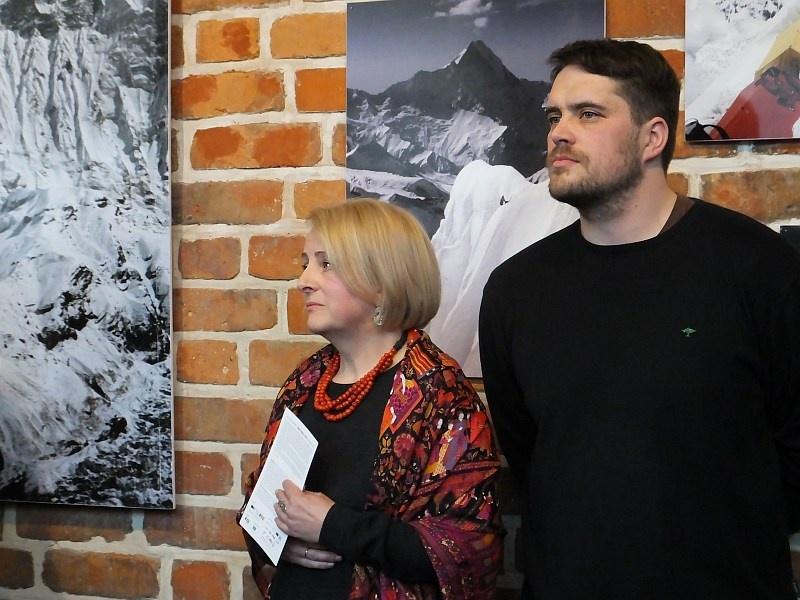 Między niebem a ziemią – o wystawie Ewy Dyakowskiej-Berbeki refleksyjnie