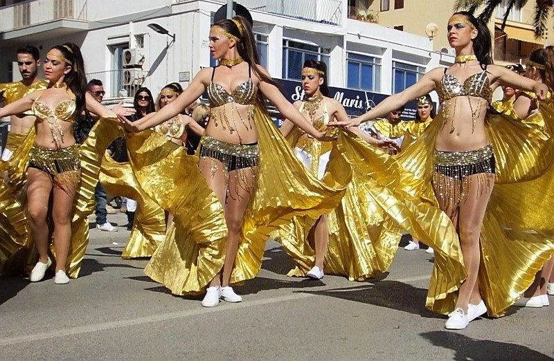 Karnawałowy pochód na Ibizie. Zabawa w pełnym słońcu