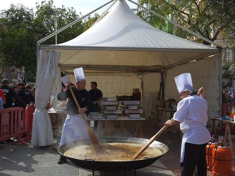 Paella. Narodowa potrawa Hiszpanów rarytasem dla uczestników karnawału
