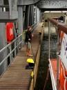 Po wpłynięciu do wanny statek zostaje przycumowany do polera