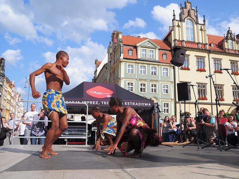 Brave Festival 2015. Występ Pigmejów Aka na wrocławskim Rynku