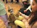 Lalka - marionetka wita się z dziećmi