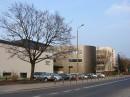 Budynek PWST położony jest między ul. Braniborską a Legnicką.