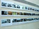 W korytarzu zdjęcia kolejnych siedzib PWST we Wrocławiu