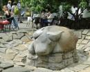Sadzawka, tym razem bez wody, z rzeźbą krowy