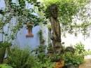 Podwórze może być i ogrodem i salonem sztuki
