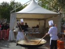 Gotowanie paelli w parku miejskim