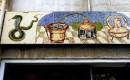 Ibiza - ceramiczne dekoracje nad witryna apteki