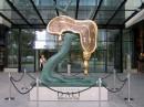 Profil czasu -rzeźba Salvadora Dali przed Sky Tower